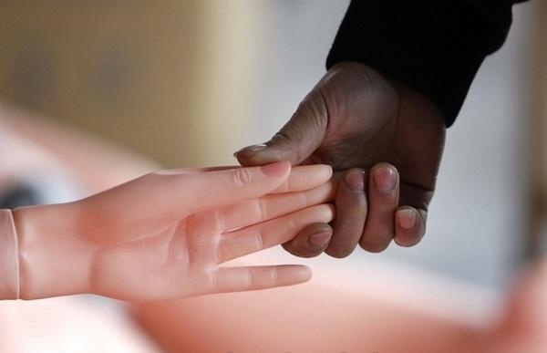 Hãy nắm tay búp bê tình dục và đi tới con đường hạnh phúc