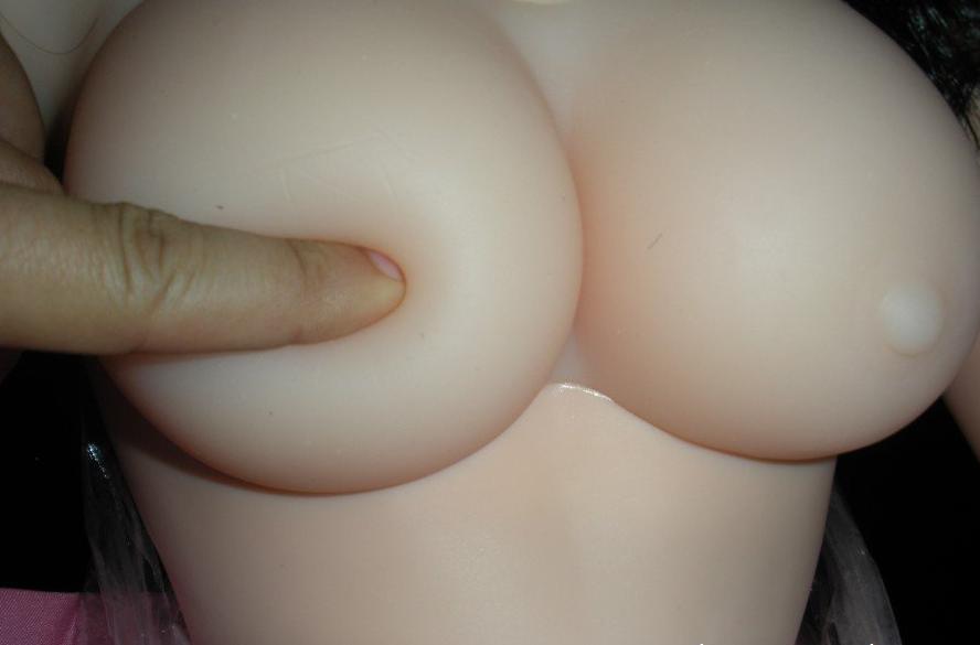 Ngực của búp bê căng tròn và mềm mại rất vừa tay