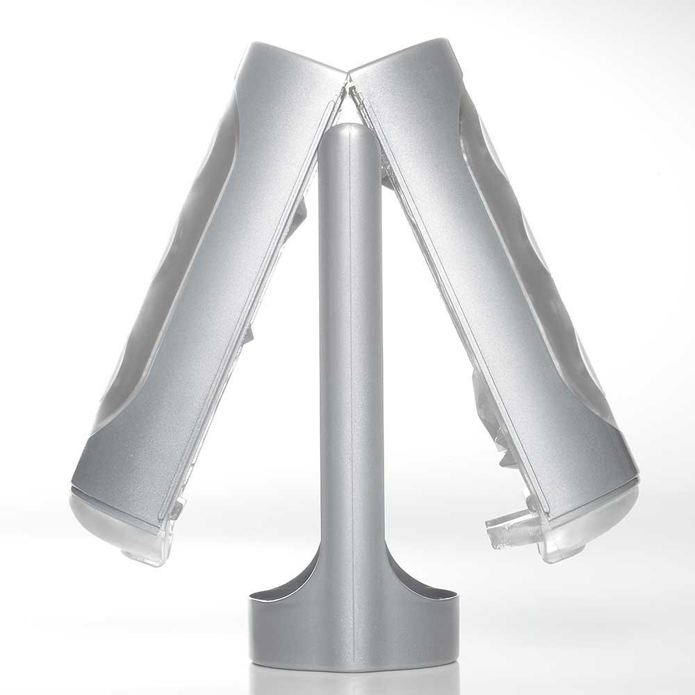 Sextoy Tenga Flip Hole Silver ở trạng thái tách đôi và có thể để phơi khô