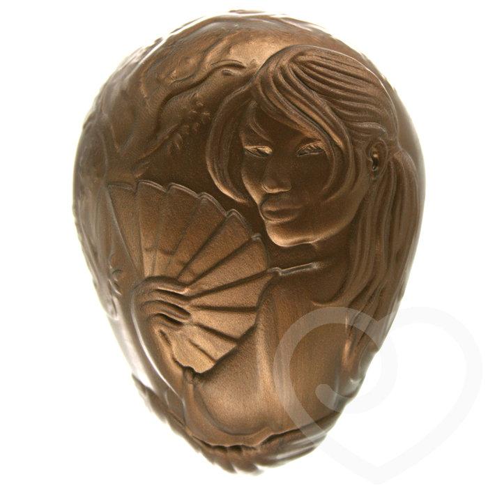 Phần đầu của sản phẩm có hình một cô gái đang cầm quạt