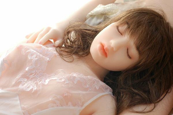 em búp bê tình dục này như Một thiếu nữ dễ thương đang say giấc ngủ