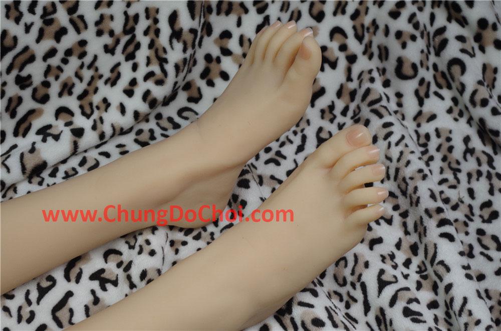 Đôi bàn chân của em búp bê tình dục
