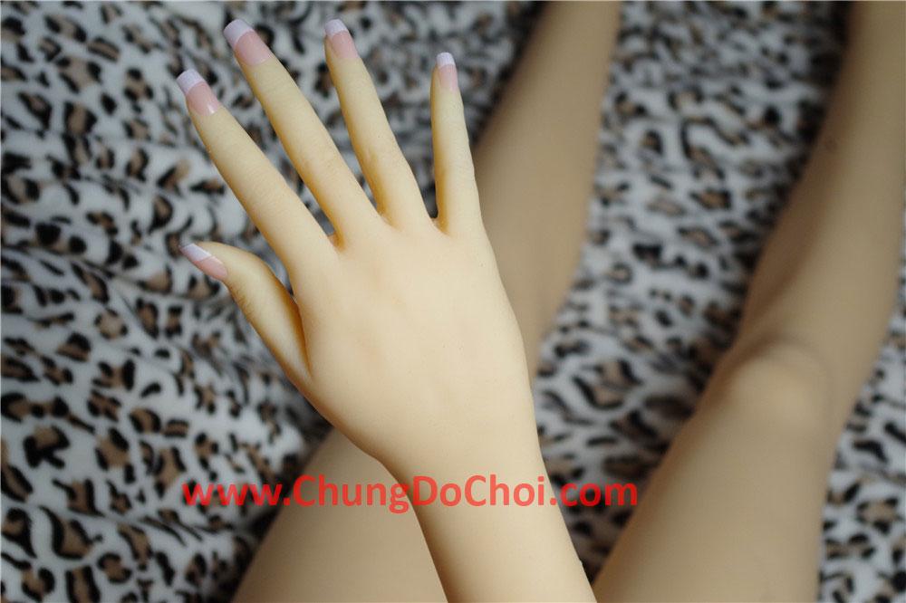 Bàn tay phải của búp bê