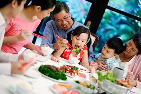 trẻ dễ bị ngộ độc thực phẩm ngày tết
