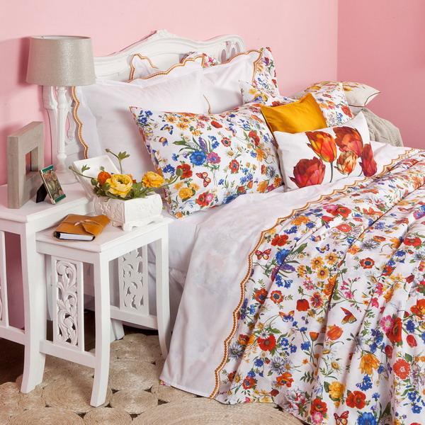 Phòng ngủ tuyệt đẹp nhờ chăn gối in hoa