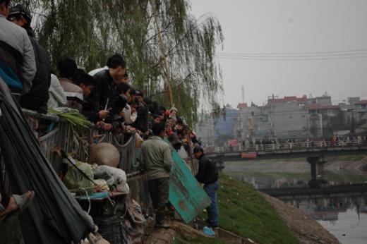 Thi thể thai phụ nổi trên sông Tô Lịch