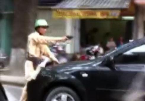 Va chạm xe máy, xế hộp ủn cảnh sát rồi bỏ chạy