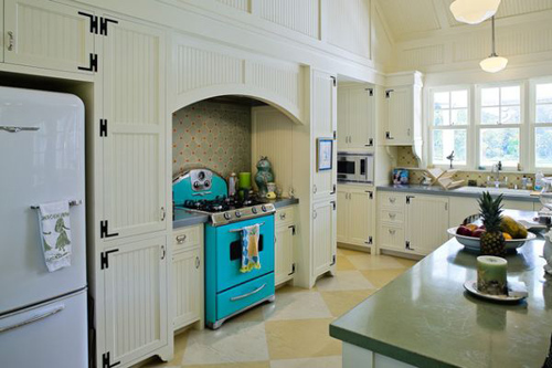 Căn bếp trông sặc sỡ hơn chỉ nhờ một số đồ dùng nhà bếp
