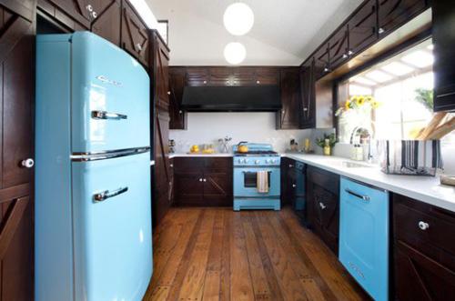 Dù không nhiều màu sắc nhưng nhìn tủ bếp vẫn rất hài hòa