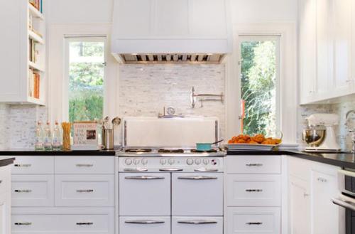 Tủ bếp với gam màu trắng rất trẻ chung và hiện đại