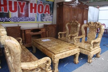 Bộ bàn ghế bằng lu gỗ nghiến có giá 60 triệu đồng.