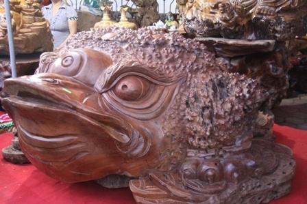 Con cóc khổng lồ từ gốc gỗ hương chế tác thành linh vật.