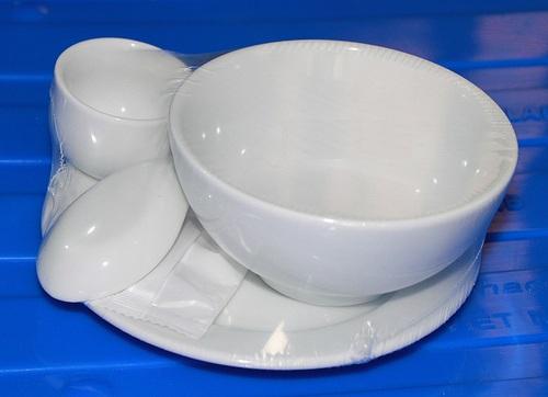 Bát đĩa được co màng bảo vệ sản phẩm khỏi tác nhân xấu của môi trường