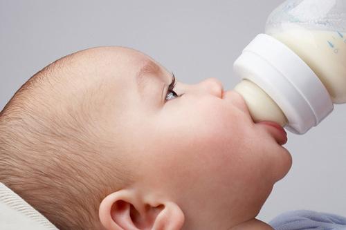 Cách pha sữa và cho bé bú bình