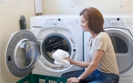 Mẹo giặt sạch cổ áo bằng máy giặt