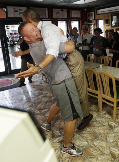 Ông chủ quán pizza bị ném đá vì nhấc Obama