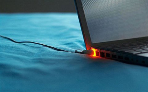 Cắm sạc laptop khi pin đã đầy có hại không?