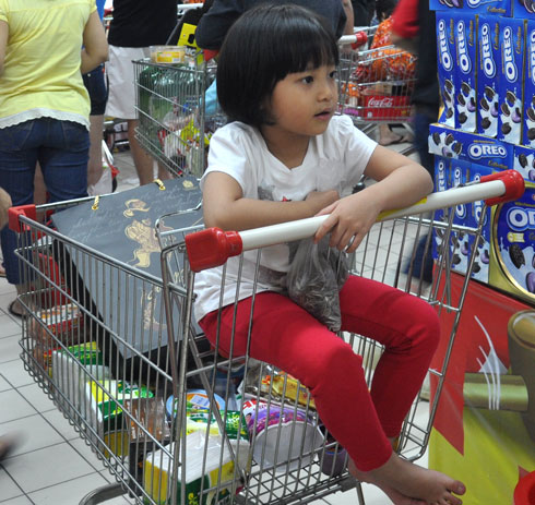 Những khách hàng nhí trong siêu thị Tết