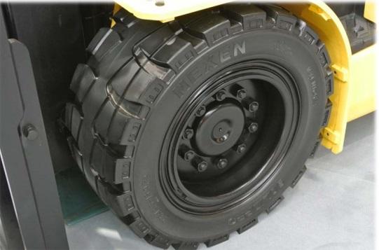 Lốp xe nâng là bộ phận quan trọng của xe nâng hàng giúp di chuyển, nâng hàng tốt hơn