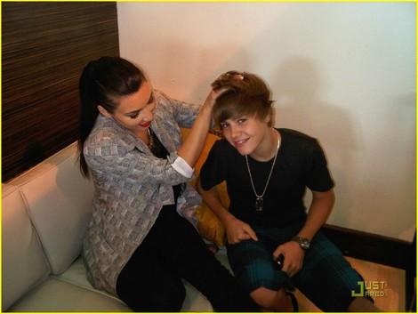 Justin Bieber cầm tay và đùa nghịch với cô Kim