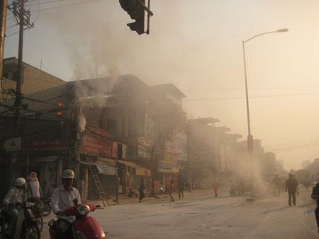 Dàn giáo gãy gây chập điện cả khu phố