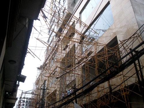 Dàn giáo công trình 34 tầng đổ vào nhà dân