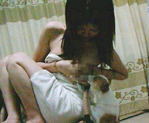 Shock nặng với hình ảnh Nữ sinh vạch ngực cho chó bú