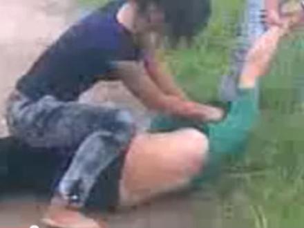 Đuổi học 4 nữ sinh đánh người, quay clip tung lên mạng